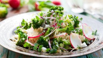 Salade met quinoa, broccoli en radijsjes