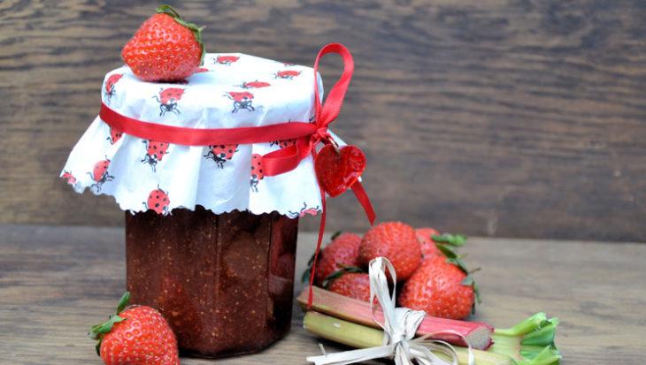 Ingemaakte rabarber met aardbeien