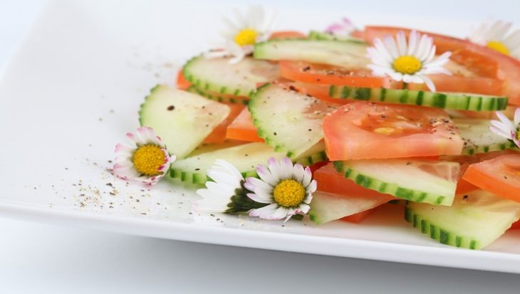 Vrolijke salade met madeliefjes