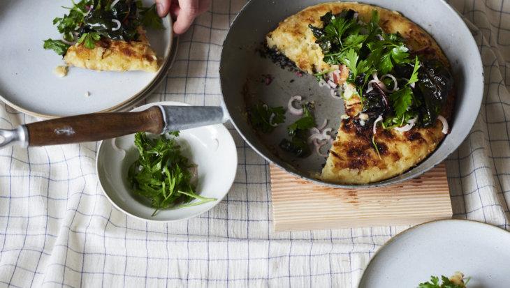 Knapperige aardappelpannenkoek met polenta en kaas