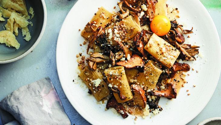 Volkorenpasta met paddenstoelen, boekweit en eidooier