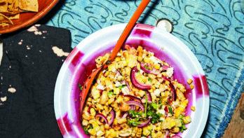Salade van gegrilde mais met verse kaas en maisnoten